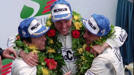 Masanori Sekiya (vas.) JJ Lehto (kesk.) ja Yannick Dalmas juhlivat Le Mansin voittoa kesäkuussa 1995.