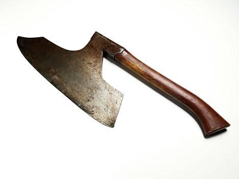 Pyövelin kaulakirves Keskusrikospoliisin rikosmuseon kokoelmissa. Terän leveys on 45 senttiä.
