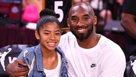 Koripallolegenda Kobe Bryant ja hänen Gianna-tyttärensä kuolivat helikopteriturmassa tammikuussa. Kuva on vuodelta 2019.