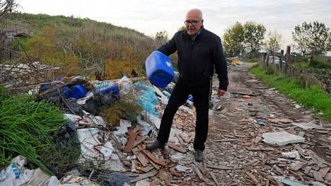 Paikallisten viljelysmaiden läheisyyteen on dumpattu muun muassa asbestikuormia.