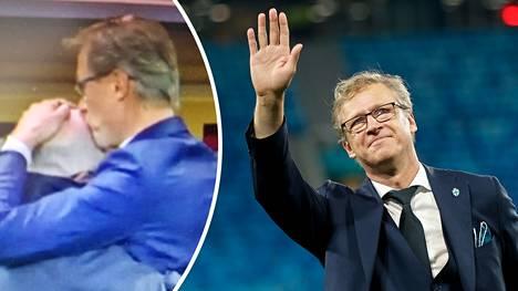 Voittopusu! Huuhkajien tiedottaja Timo Walden sai märän kiitoksen Markku Kanervalta Kazakstanissa.