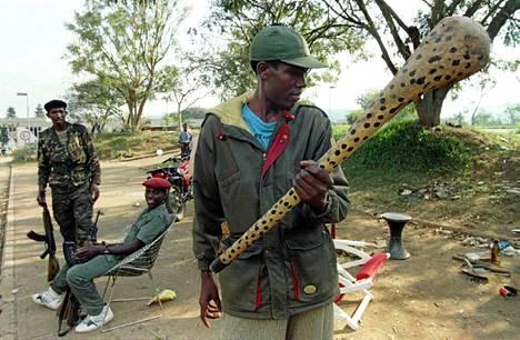 Uhreista suuri osa tapettiin hyvin alkeellisilla aseilla, kuten kuvan sotilaan pitelemällä Interahamwen taistelijoilta takavarikoidulla ja nauloilla tehostetulla puumailalla.