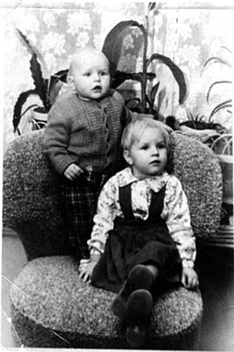 Eija Vilpas (oik.) poseeraa Pepe-veljensä kanssa nojatuolissa.