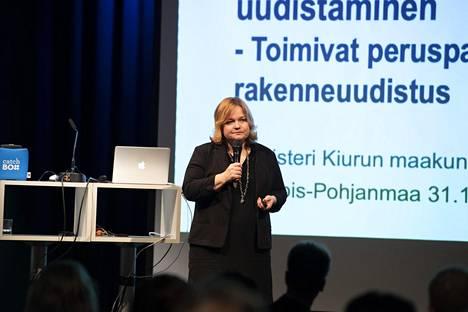 Perhe- ja peruspalveluministeri Krista Kiuru oli perjantaina Oulussa ja vastasi myös kansanedustajien kritiikkiin hallituksen reagoinnista koronaviruksen leviämiseen.