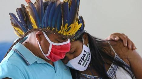 Alkuperäisväestöä edustavat surevat Kokaman heimoon kuuluneen Chief Messiasin, 53, kuolemaa.
