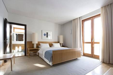 Jokaisessa, omalla kylpyhuoneella varustetussa makuuhuoneessa on samanlainen, pelkistetty sänky, niin myös itse päävieraan makuuhuoneessa.