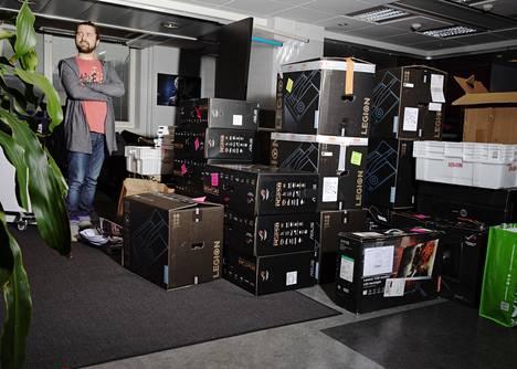 Juha Lahti poseerasi Telia Esports Series -turnauksen finaalista pakattujen tavaroiden vieressä.