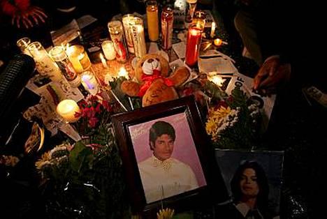 Michael Jacksonin tähden ympärille kerääntyi paljon kukkia ja kynttilöitä Walk of Famella Hollywoodissa.
