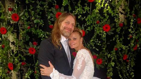 Jone Nikula meni eilen naimisiin Hanna Karttusen kanssa.