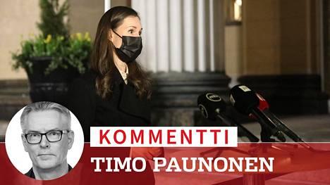 Pääministeri Sanna Marin (sd) kertomassa medialle koronapandemian rokotusjärjestyksestä viime keväänä Säätytalon portailla.
