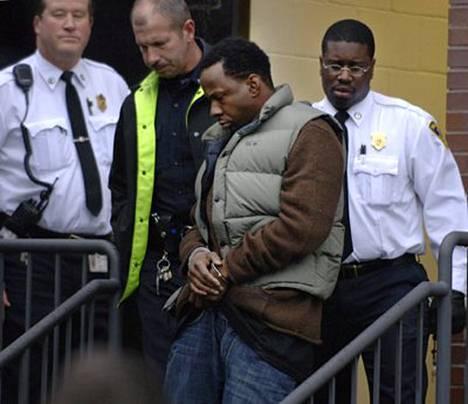 Käsiraudoissa olevaa Bobby Brownia (kesk.) saateltiiin oikeustalolle.