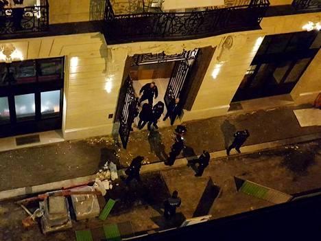 Pariisin kuuluisaa Ritz-hotellia tutkittiin keskiviikkona ryöstön jälkeen.