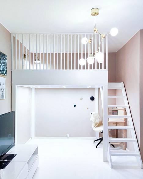 Sisustussuunnittelija Jasmin Laurilan suunnittelemassa tilassa koko huoneen levyinen parvi muodostaa ikään kuin toisen kerroksen.