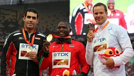 Ihab Abdelrahman (vas.), Julius Yego, ja Tero Pitkämäki pokkasivat mitalit Pekingin MM-kisoissa viime kesänä.