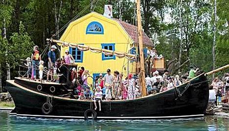 Kapteeni Efraim Pitkätossun Hoppetossa -laiva kyyditsee lapsia Vimmerbyn Astrid Lindgren -maailmassa.