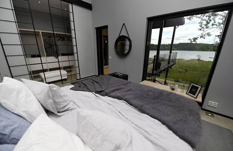 MinunVALO-talon makuuhuoneen näköala Saimaalle.