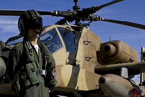 Haastattelun antanut Israelin Apache-pilotti joutui piilottamaan kasvonsa, jotta häntä ei tunnisteta.