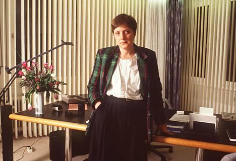 Merkel Bonnin toimistossaan helmikuussa 1991. Saksan liittokansleri Helmut Kohl oli nimittänyt tulevan seuraajansa kuukautta aiemmin naisten ja nuorten ministerin virkaan.