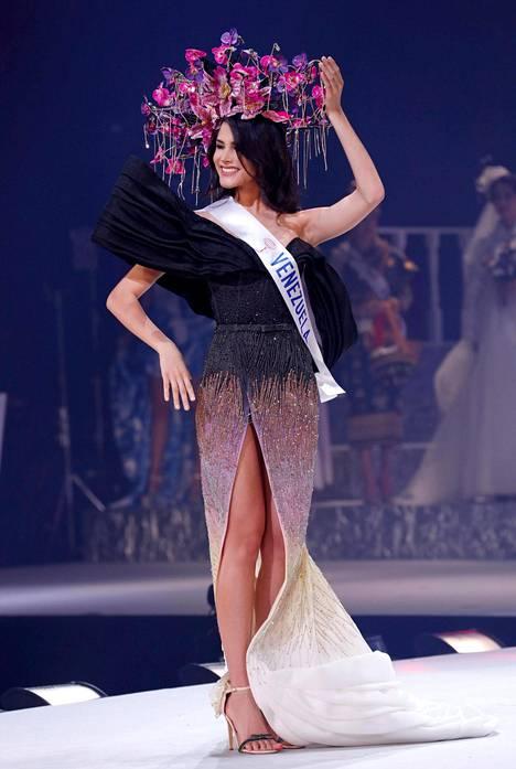 Miss Venezuela kuvattuna kansallispukukierroksella.