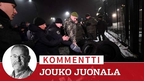 Poliisit estivät mielenosoittajia sytyttämästä renkaita palamaan Venäjän suurlähetystön edustalla Kiovassa sunnuntaina.