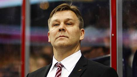 Raimo Summanen KHL-seura Avangard Omskin päävalmentajana vuonna 2014.