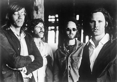 Ray Manzarek (vas.), John Densmore, Robbie Krieger, Jim Morrison.