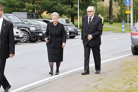 Presidentti Martti Ahtisaari ja rouva Eeva Ahtisaari osallistuivat hautajaisiin.