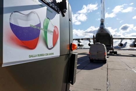 Rakkaudella Venäjältä -tarroja oli liimattu Venäjän Italiaan lähettämien desinfiointilaitteiden ja ajoneuvojen kylkiin.