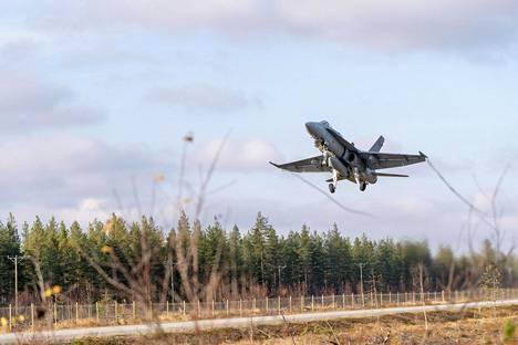 Sotilaallisiin uhkiin on varauduttava jatkossakin. Ilmavoimat järjesti Ruska-harjoituksen lokakuussa. Kuvassa Hornet-hävittäjä nousee varalaskupaikalta Rovaniemellä.