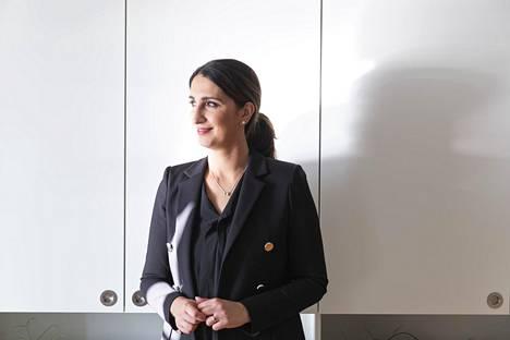 Helsingin apulaispormestari Nasima Razmyar korostaa ratkaisun sosiaalista ulottuvuutta.