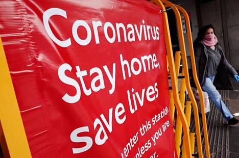 """""""Pysy kotona, pelasta henkiä"""", kehotti Lontoossa Brixtonin asemalle pystytetty kyltti keskiviikkona."""