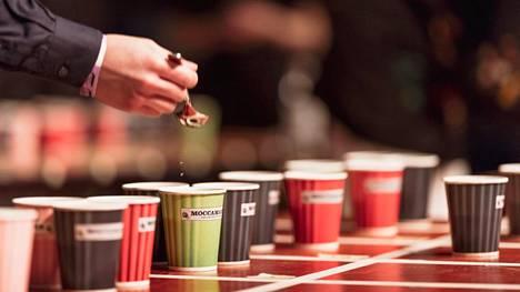 Tuomaristo valitsi vuoden suodatinkahvin yleisön edessä 16 eri paahtimon kahvista.