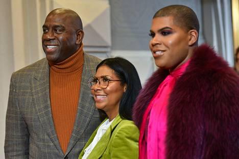 Magic Johnson yhdessä vaimonsa Cookien (keskellä) ja poikansa EJ:n kanssa vuonna 2018.