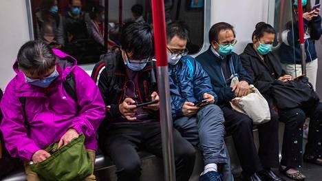 Ihmiset käyttivät hengityssuojaimia Hong Kongissa lauantaina suojautuakseen koronavirukselta.