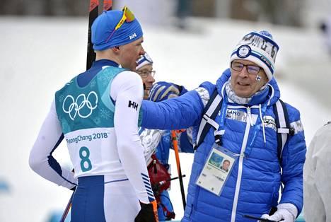 Hiihtoliiton puheenjohtaja Markku Haapasalmi (oik.) on päässyt osallistumaan virkansa puolesta vasta yhteen FISin kongressiin. Kuva viime talven olympialaisista.