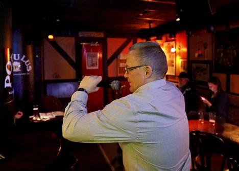 Olli Lindholmin kuolema kosketti Populus-karaokebaarissa laulanutta Enskaa syvästi.