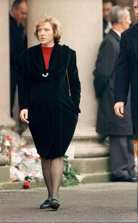 Mary kuvattuna Mercuryn hautajaisissa vuonna 1991.