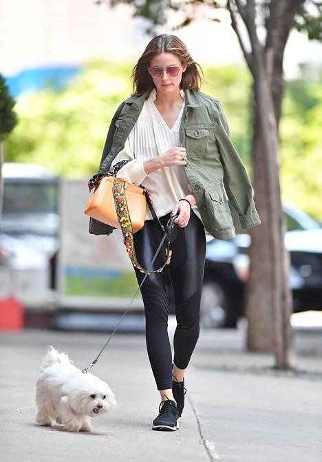Palermo ulkoiluttaa usein myös koiraansa leggingseissä. Pidempi, löysä paita tasapainottaa tiukkoja housuja, lenkkarit tekevät lookista sporttisen ja siisti laukku nostaa leggingsitkin kaupunkikelpoisiksi.