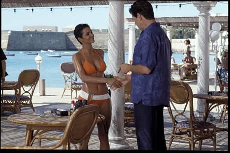Kuolema saa odottaa -elokuvan tähdet Halle Berry ja Pierce Brosnan.