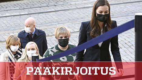 Hallituksen kujanjuoksu. Pääministeri Sanna Marin (sd) ja ministerit Annika Saarikko (kesk), Maria Ohisalo (vihr), Anna-Maja Henriksson (r) ja Jussi Saramo (vas) menossa puoliväliriiheen, joka muuttui käytännössä uusiksi hallitusneuvotteluiksi.