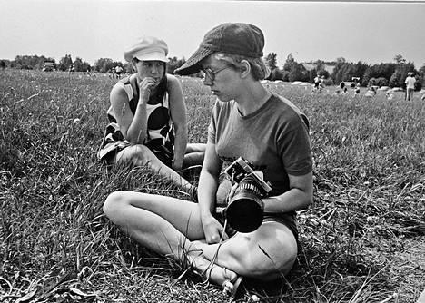 Etualalla Tuula Heikkola kädessään Minolta SR1, jolla hän kuvasi suuren osan laskuvarjokuvistaan. Taustalla Riitta Rodolfi (nykyään Feodoroff). Kuva on vuodelta 1973.