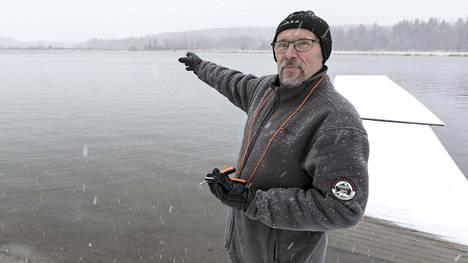 Pekka Orava muistelemassa pelastustehtävää Herralanvuolteen jäällä Lempäälässä.