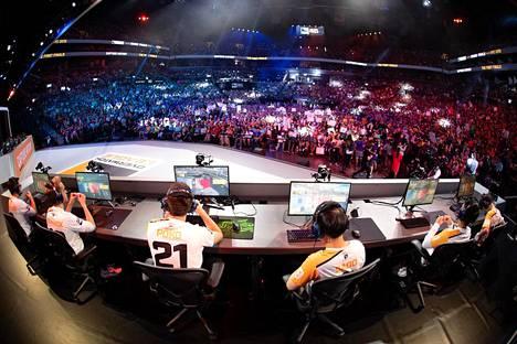 2020 piti olla ensimmäinen vuosi, kun ottelut olisi pelattu Los Angelesissa sijaitsevan studion sijaan joukkueiden kotikaupungeissa. Koronan takia pelit siirrettiin nettiin vain viiden viikon pelaamisen jälkeen.
