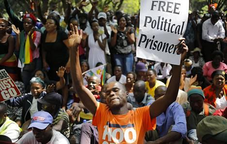 Ihmisiä opposition kokoontumisessa Hararessa tiistaina.