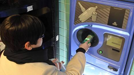 Ostosten maksaminen pullojen ja tölkkien palautuskuitilla vähentää ostoksista saatavaa bonusta.