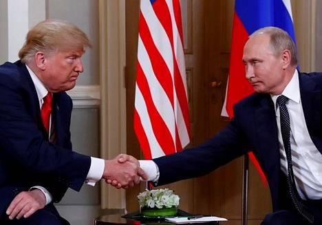 Putin paiskasi kättä Yhdysvaltain presidentin Donald Trumpin kanssa Helsingin huippukokouksessa 2018.