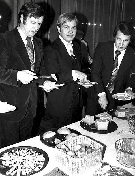 Juhani Orrenmaa, Erkki Liikanen ja Ilkka Kanerva juustomaistajaisissa 1978.