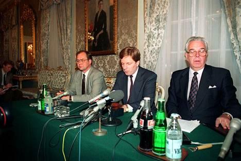 Hallituksen devalvaation infossa 14. marraskuuta 1991 Smolnassa olivat paikalla Iiro Viinanen (vas.), pääministeri Esko Aho ja Suomen Pankinn pääjohtaja Rolf Kullberg.