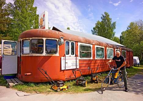 Luhalahti on kesäaikana vilkas kylä Kyrösjärven itärannalla: Country Cityksi nimetyn bensiksen ja baarin yhdistelmän lisäksi rautakauppana toimii 50-luvun lättähattujuna.