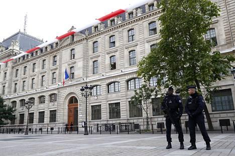 Poliisit seisoivat vartiossa Pariisin pääpoliisiaseman läheisyydessä torstaina.